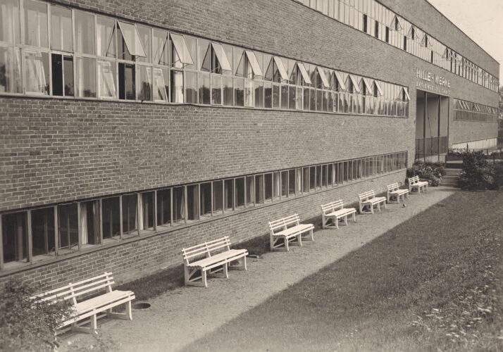 Die Fassade besteht aus Backstein und bündig abschließenden langen Fensterbändern.