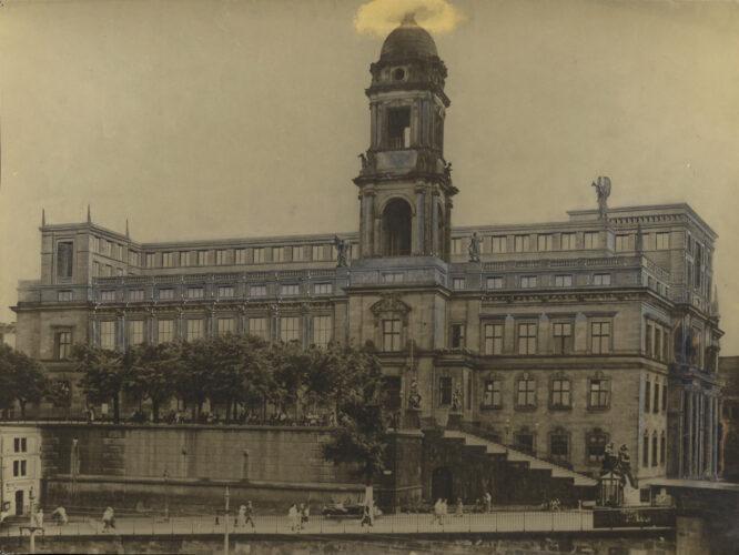 In Fotomontage wird das Aufsetzen von zwei Geschossen auf den historistischen Bau demonstriert.